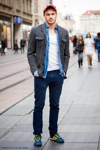 Cómo combinar: chaqueta estilo camisa de algodón en gris oscuro, camisa de manga larga de cambray azul, camiseta con cuello en v blanca, pantalón chino azul marino