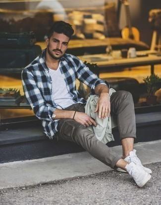 Cómo combinar un pantalón cargo gris: Los días ocupados exigen un atuendo simple aunque elegante, como una chaqueta estilo camisa en verde menta y un pantalón cargo gris. Si no quieres vestir totalmente formal, usa un par de tenis de lona blancos.