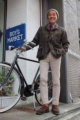 Cómo combinar: chaqueta estilo camisa de franela a cuadros verde oliva, camisa de manga larga de tartán azul, pantalón chino en beige, zapatos derby de ante en marrón oscuro