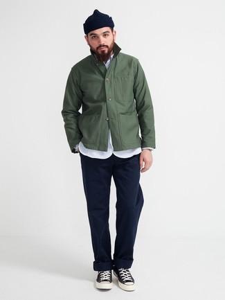 Cómo combinar: chaqueta estilo camisa verde oscuro, camisa de manga larga de cambray celeste, pantalón chino azul marino, zapatillas altas de lona en negro y blanco