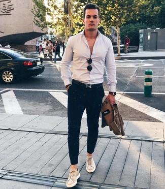 Cómo combinar: chaqueta estilo camisa marrón, camisa de manga larga blanca, pantalón chino azul marino, tenis de cuero en beige