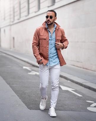 Cómo combinar una chaqueta estilo camisa rosada: Intenta ponerse una chaqueta estilo camisa rosada y un pantalón chino blanco para un lindo look para el trabajo. ¿Por qué no añadir tenis de cuero blancos a la combinación para dar una sensación más relajada?