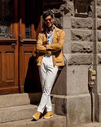 Cómo combinar: chaqueta estilo camisa marrón claro, camisa de manga larga celeste, pantalón chino blanco, tenis de ante amarillos