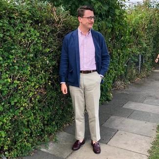 Cómo combinar: chaqueta estilo camisa de lana azul marino, camisa de manga larga de rayas verticales rosada, pantalón chino en beige, mocasín con borlas de cuero burdeos
