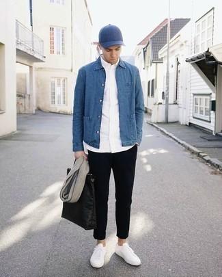 Cómo combinar una chaqueta estilo camisa vaquera azul: Ponte una chaqueta estilo camisa vaquera azul y un pantalón chino negro para lograr un look de vestir pero no muy formal. ¿Quieres elegir un zapato informal? Elige un par de tenis blancos para el día.