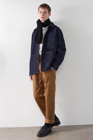 Cómo combinar unas botas safari de cuero negras: Considera emparejar una chaqueta estilo camisa vaquera azul marino con un pantalón chino en tabaco para lograr un look de vestir pero no muy formal. Botas safari de cuero negras son una opción muy buena para completar este atuendo.