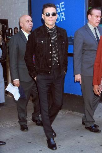 Cómo combinar: chaqueta estilo camisa de pana negra, camisa de manga larga de estrellas en negro y blanco, pantalón de vestir negro, botines chelsea de cuero negros