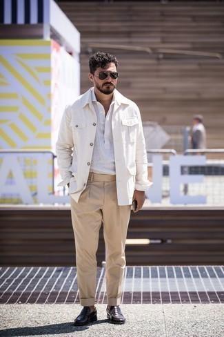 Cómo combinar una camisa de manga larga de lino blanca: Ponte una camisa de manga larga de lino blanca y un pantalón de vestir marrón claro para una apariencia clásica y elegante. Mocasín de cuero morado oscuro son una opción inigualable para complementar tu atuendo.
