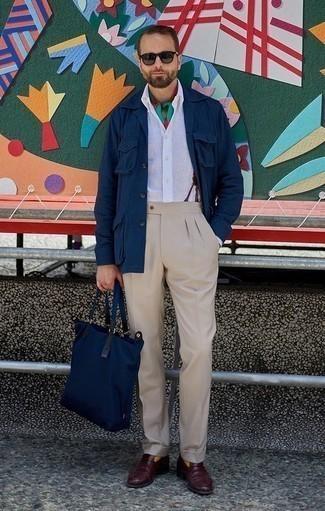 Cómo combinar una camisa de manga larga de lino blanca: Algo tan simple como optar por una camisa de manga larga de lino blanca y un pantalón de vestir en beige puede distinguirte de la multitud. Mocasín de cuero burdeos son una opción estupenda para completar este atuendo.