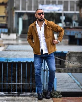 Cómo combinar: chaqueta estilo camisa en tabaco, camisa de manga larga blanca, vaqueros azules, botines chelsea de cuero negros