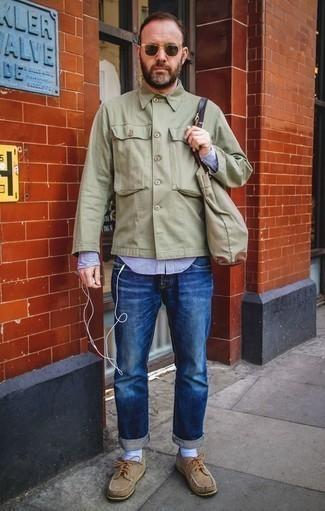 Cómo combinar una bolsa tote de lona verde oliva: Una chaqueta estilo camisa verde oliva y una bolsa tote de lona verde oliva son una gran fórmula de vestimenta para tener en tu clóset. Elige un par de náuticos de ante marrón claro para mostrar tu inteligencia sartorial.