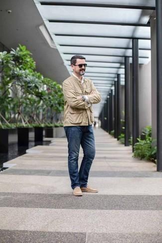 Moda para hombres de 40 años: Ponte una chaqueta estilo camisa en beige y unos vaqueros azul marino para una apariencia fácil de vestir para todos los días. Activa tu modo fiera sartorial y haz de mocasín de ante en beige tu calzado.