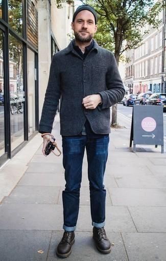 Cómo combinar unas botas casual de cuero en marrón oscuro: Considera ponerse una chaqueta estilo camisa de lana en gris oscuro y unos vaqueros azul marino para lidiar sin esfuerzo con lo que sea que te traiga el día. Botas casual de cuero en marrón oscuro son una opción atractiva para complementar tu atuendo.