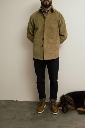 Cómo combinar unos zapatos derby de cuero marrónes: Ponte una chaqueta estilo camisa de pana marrón claro y unos vaqueros negros para conseguir una apariencia relajada pero elegante. Con el calzado, sé más clásico y usa un par de zapatos derby de cuero marrónes.
