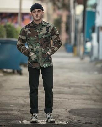 Cómo combinar una chaqueta estilo camisa de camuflaje verde oliva con unas zapatillas negras estilo casuale: Para crear una apariencia para un almuerzo con amigos en el fin de semana opta por una chaqueta estilo camisa de camuflaje verde oliva y unos vaqueros negros. ¿Te sientes valiente? Completa tu atuendo con zapatillas negras.