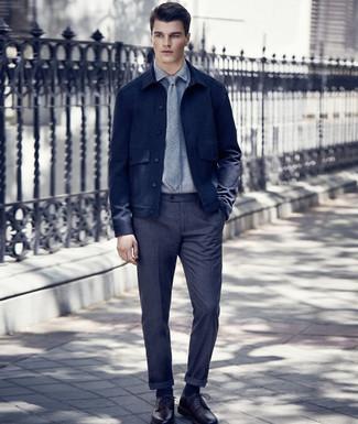 Cómo combinar: chaqueta estilo camisa de lana azul marino, camisa de vestir gris, pantalón de vestir de lana en gris oscuro, zapatos derby de cuero burdeos