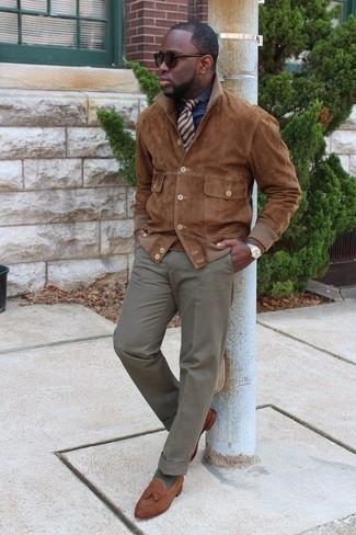 Cómo combinar unos calcetines verde oliva: Una chaqueta estilo camisa de ante marrón y unos calcetines verde oliva son una opción estupenda para el fin de semana. Dale un toque de elegancia a tu atuendo con un par de mocasín con borlas de ante marrón.