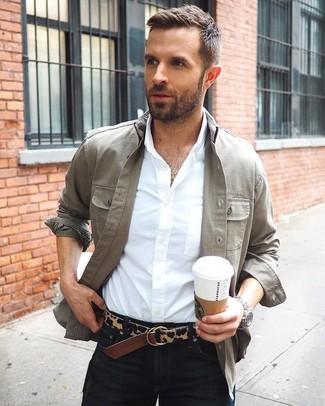 Cómo combinar: chaqueta estilo camisa gris, camisa de vestir blanca, vaqueros negros, correa de cuero de leopardo en marrón oscuro