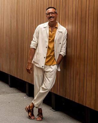 Cómo combinar: chaqueta estilo camisa blanca, camisa polo mostaza, pantalón chino blanco, sandalias de cuero en marrón oscuro