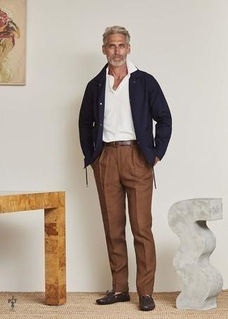 Cómo combinar un pantalón de vestir marrón: Intenta combinar una chaqueta estilo camisa azul marino junto a un pantalón de vestir marrón para una apariencia clásica y elegante. ¿Quieres elegir un zapato informal? Opta por un par de mocasín de cuero en marrón oscuro para el día.