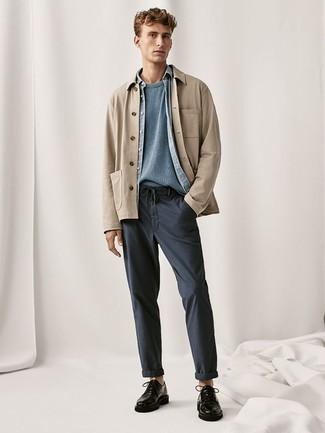 Cómo combinar unos zapatos derby de cuero negros: Utiliza una chaqueta estilo camisa marrón claro y un pantalón chino azul marino para lograr un estilo informal elegante. Elige un par de zapatos derby de cuero negros para mostrar tu inteligencia sartorial.