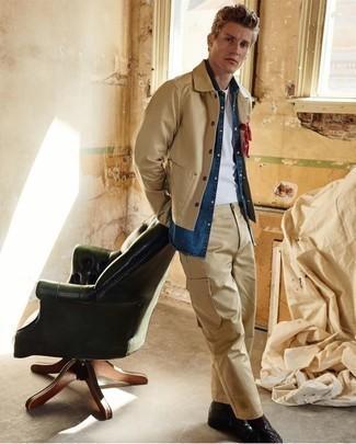 Moda para hombres de 20 años: Haz de una chaqueta estilo camisa marrón claro y un pantalón cargo marrón claro tu atuendo para un almuerzo en domingo con amigos. Complementa tu atuendo con botas casual de cuero negras para mostrar tu inteligencia sartorial.