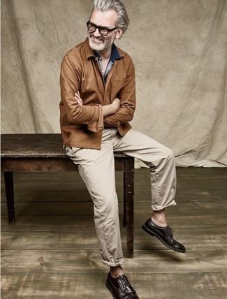 Cómo combinar una chaqueta estilo camisa marrón: Emparejar una chaqueta estilo camisa marrón junto a un pantalón chino marrón claro es una opción atractiva para un día en la oficina. ¿Te sientes valiente? Opta por un par de zapatos brogue de cuero en marrón oscuro.