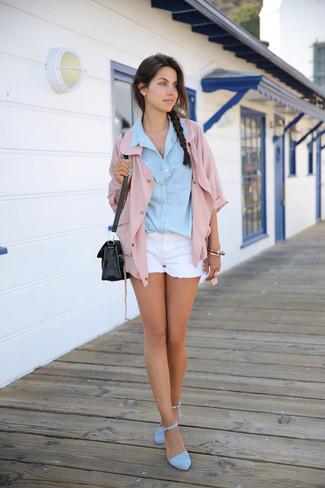 Cómo combinar unas sandalias de tacón de ante celestes: Elige una chaqueta estilo camisa rosada y unos pantalones cortos vaqueros blancos y te verás como todo un bombón. Completa el look con sandalias de tacón de ante celestes.