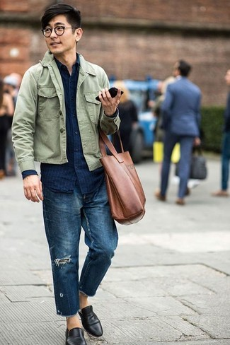 Cómo combinar: chaqueta estilo camisa verde oliva, camisa vaquera de rayas verticales azul marino, vaqueros desgastados azul marino, mocasín de cuero negro