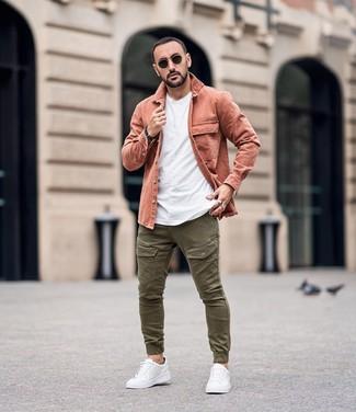 Cómo combinar: chaqueta estilo camisa rosada, camiseta con cuello circular blanca, pantalón cargo verde oliva, tenis de cuero blancos