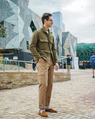 Cómo combinar: chaqueta estilo camisa verde oliva, camiseta con cuello circular blanca, pantalón cargo marrón claro, mocasín de ante en tabaco