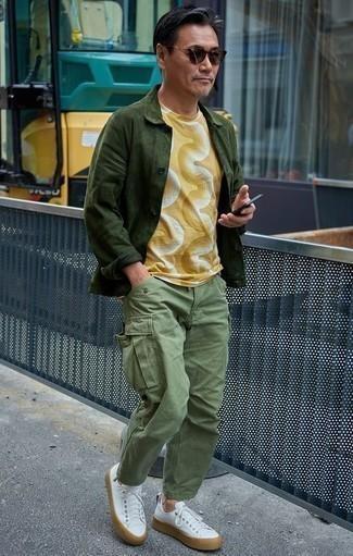 Moda para hombres de 40 años: Intenta combinar una chaqueta estilo camisa de ante verde oscuro junto a un pantalón cargo verde oliva para un almuerzo en domingo con amigos. Si no quieres vestir totalmente formal, elige un par de tenis de cuero blancos.