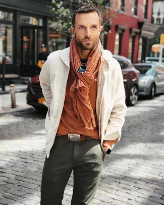 Cómo combinar: chaqueta estilo camisa en beige, camiseta con cuello circular naranja, pantalón chino verde oliva, bufanda naranja