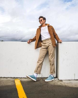 Cómo combinar: chaqueta estilo camisa de ante marrón, camiseta con cuello circular blanca, pantalón chino en beige, zapatillas altas de cuero celestes