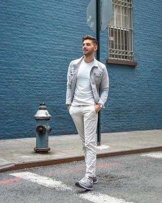 Cómo combinar: chaqueta estilo camisa gris, camiseta con cuello circular blanca, pantalón chino blanco, tenis grises