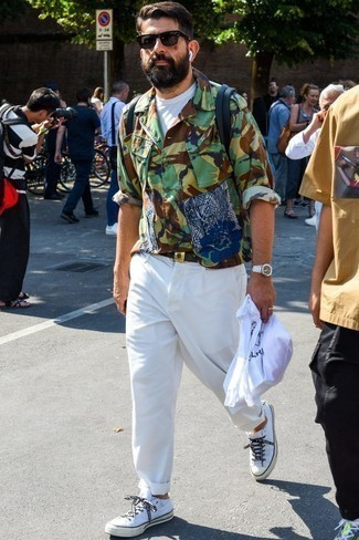 Outfits hombres: Usa una chaqueta estilo camisa de camuflaje verde oliva y un pantalón chino blanco para un almuerzo en domingo con amigos. Tenis de lona blancos contrastarán muy bien con el resto del conjunto.