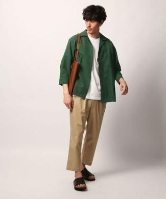 Cómo combinar una chaqueta estilo camisa verde oscuro: Esta combinación de una chaqueta estilo camisa verde oscuro y un pantalón chino marrón claro es perfecta para una salida nocturna u ocasiones casuales elegantes. ¿Quieres elegir un zapato informal? Opta por un par de sandalias de cuero negras para el día.