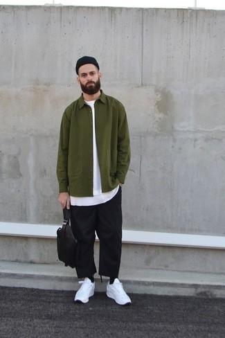 Cómo combinar un gorro negro: Para un atuendo tan cómodo como tu sillón elige una chaqueta estilo camisa verde oliva y un gorro negro. Deportivas blancas son una opción práctica para complementar tu atuendo.