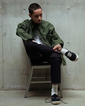 Cómo combinar un pantalón chino negro para hombres adolescentes: Si buscas un look en tendencia pero clásico, haz de una chaqueta estilo camisa verde oscuro y un pantalón chino negro tu atuendo. Tenis de lona en negro y blanco añaden un toque de personalidad al look.