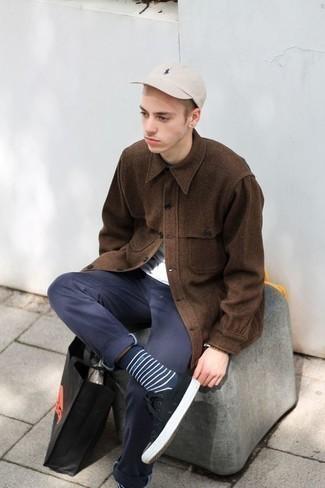 Cómo combinar una gorra de béisbol en beige en clima cálido: Elige una chaqueta estilo camisa de lana marrón y una gorra de béisbol en beige transmitirán una vibra libre y relajada. ¿Te sientes valiente? Opta por un par de tenis de lona en negro y blanco.