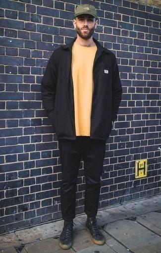 Cómo combinar unas zapatillas altas de cuero negras: Utiliza una chaqueta estilo camisa negra y un pantalón chino negro para crear un estilo informal elegante. Zapatillas altas de cuero negras añadirán interés a un estilo clásico.