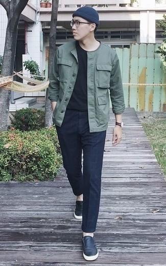 Cómo combinar una camiseta con cuello circular negra: Equípate una camiseta con cuello circular negra junto a un pantalón chino a cuadros azul marino para cualquier sorpresa que haya en el día. Opta por un par de zapatillas slip-on de cuero azul marino para mostrar tu inteligencia sartorial.
