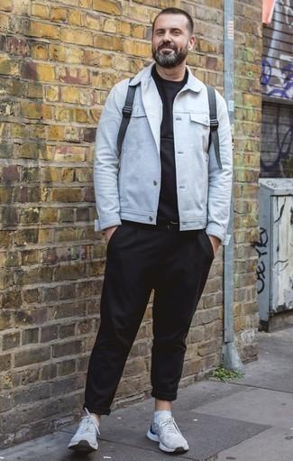Moda para hombres de 40 años en clima cálido: Ponte una chaqueta estilo camisa celeste y un pantalón chino negro para las 8 horas. Si no quieres vestir totalmente formal, completa tu atuendo con deportivas celestes.