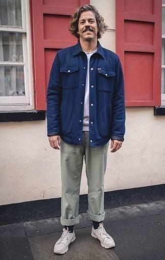 Moda para hombres de 40 años estilo casuale: Casa una chaqueta estilo camisa azul marino junto a un pantalón chino en verde menta para lograr un look de vestir pero no muy formal. ¿Quieres elegir un zapato informal? Elige un par de deportivas blancas para el día.
