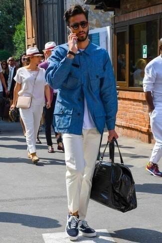 Cómo combinar un bolso baúl de cuero negro: Una chaqueta estilo camisa azul y un bolso baúl de cuero negro son una opción inigualable para el fin de semana. Con el calzado, sé más clásico y haz tenis de lona en azul marino y blanco tu calzado.