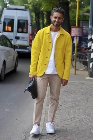Cómo combinar unas deportivas blancas: Elige una chaqueta estilo camisa amarilla y un pantalón chino en beige para lograr un estilo informal elegante. ¿Quieres elegir un zapato informal? Elige un par de deportivas blancas para el día.