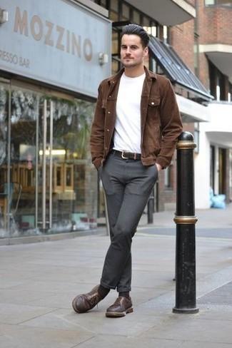 Cómo combinar unos calcetines en marrón oscuro: Intenta combinar una chaqueta estilo camisa de pana marrón junto a unos calcetines en marrón oscuro transmitirán una vibra libre y relajada. Con el calzado, sé más clásico y usa un par de zapatos derby de cuero marrónes.
