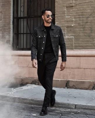 Cómo combinar una chaqueta estilo camisa de rayas verticales negra: Empareja una chaqueta estilo camisa de rayas verticales negra junto a un pantalón chino de rayas verticales negro para un almuerzo en domingo con amigos. Completa tu atuendo con zapatos derby de cuero negros para mostrar tu inteligencia sartorial.