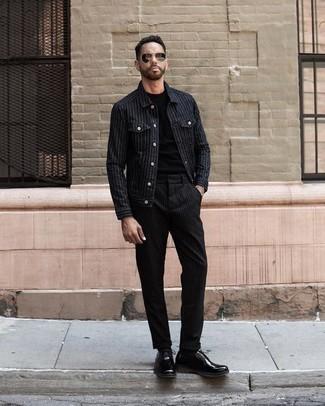 Cómo combinar una chaqueta estilo camisa de rayas verticales negra: Para un atuendo que esté lleno de caracter y personalidad ponte una chaqueta estilo camisa de rayas verticales negra y un pantalón chino de rayas verticales negro. Con el calzado, sé más clásico y elige un par de zapatos derby de cuero negros.