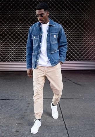 Outfits hombres: Si buscas un look en tendencia pero clásico, usa una chaqueta estilo camisa vaquera azul y un pantalón chino en beige. ¿Te sientes valiente? Completa tu atuendo con tenis de lona blancos.